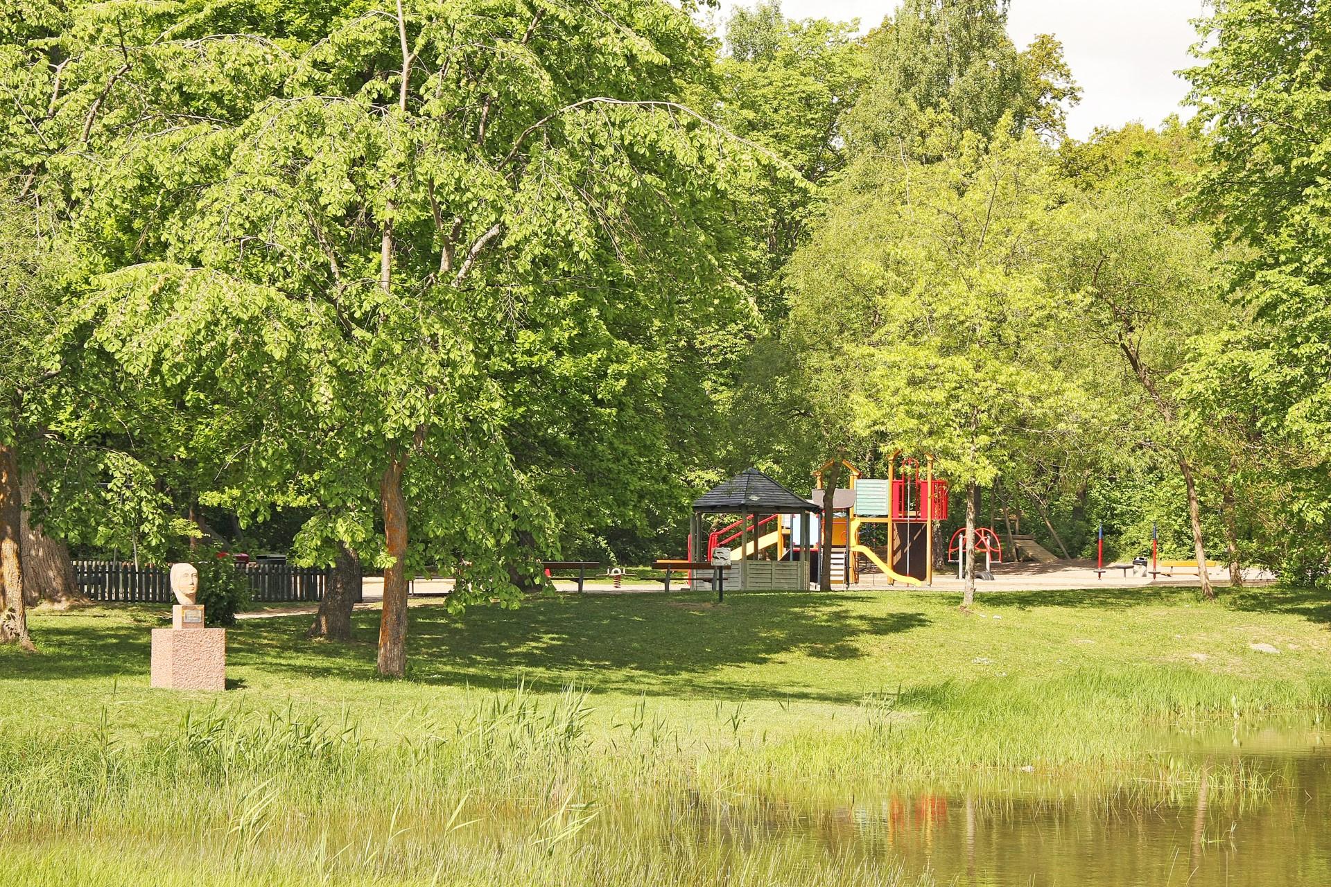 Olovslundsparken med damm och lekplats