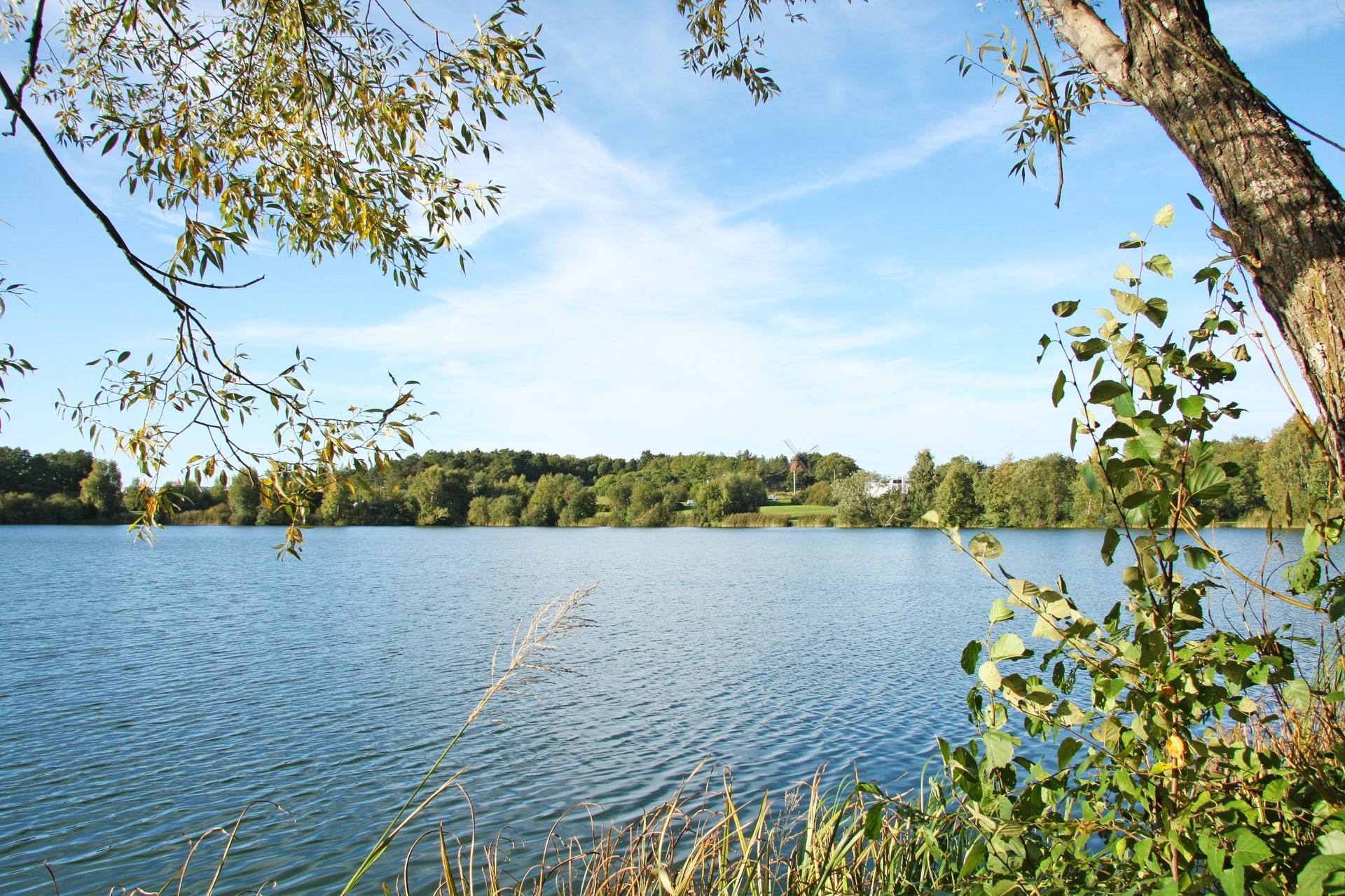Lillsjön med jogginspår runt och utegym