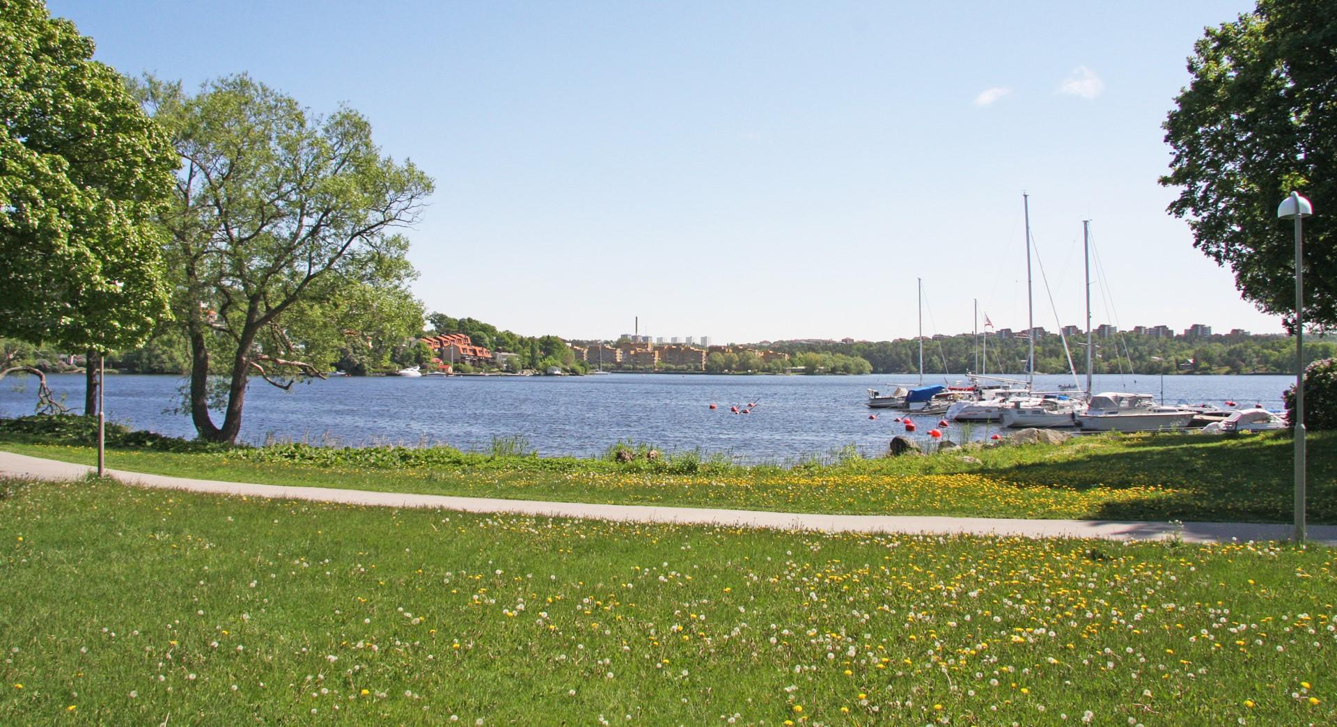 Smedslätten - längs vattnet
