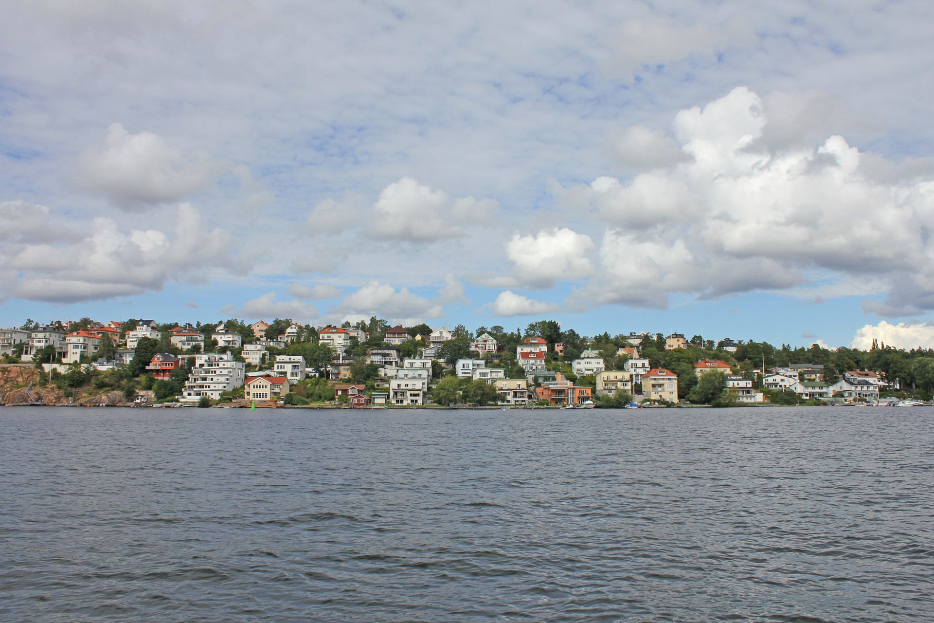 Vy från båt mot Höglandet