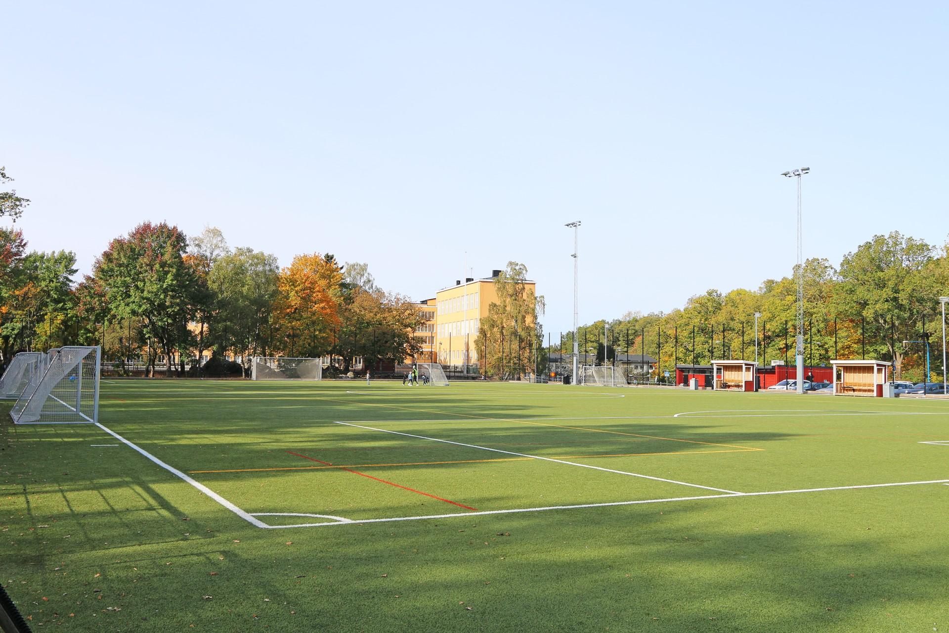 Fotbollsplan invid skolan