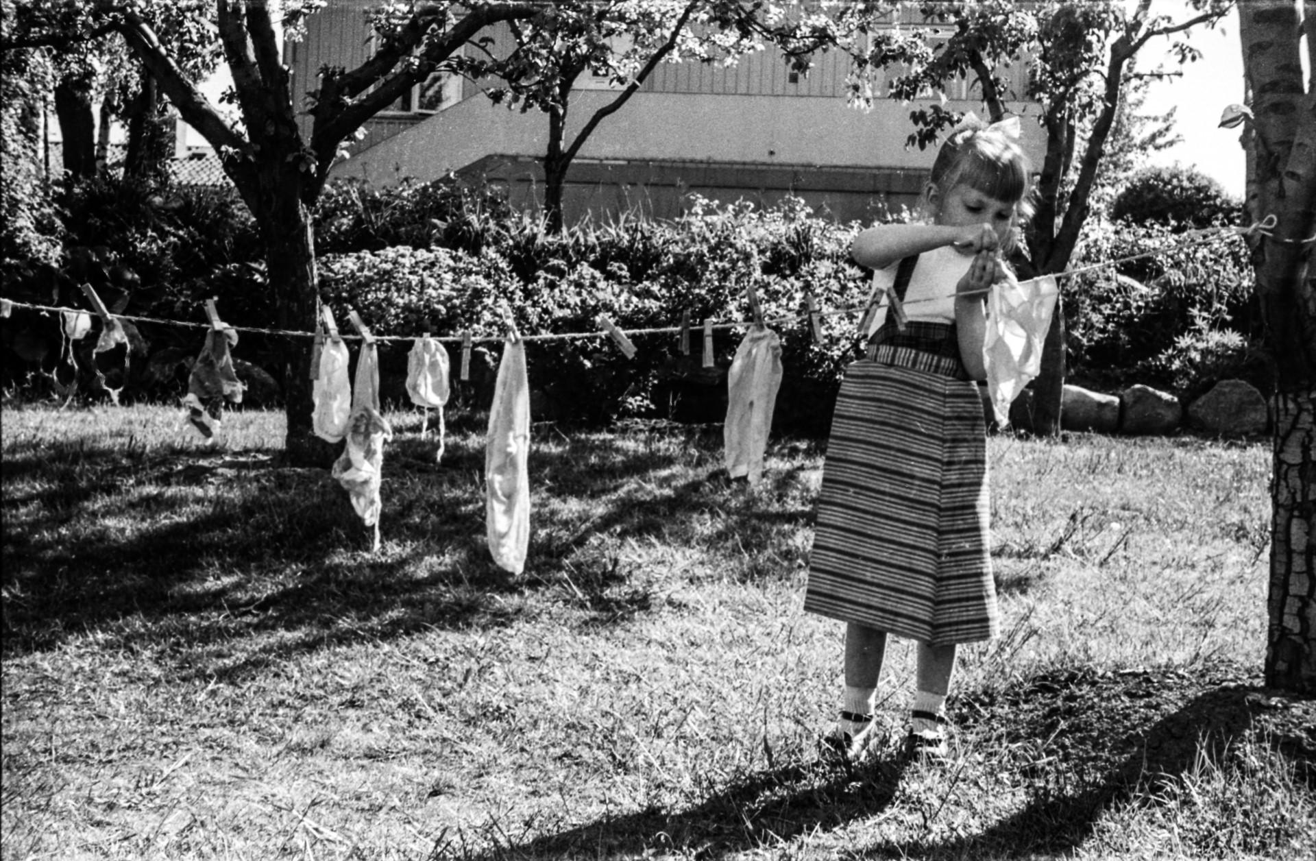 1958 (ägarnas dotter hänger tvätt)