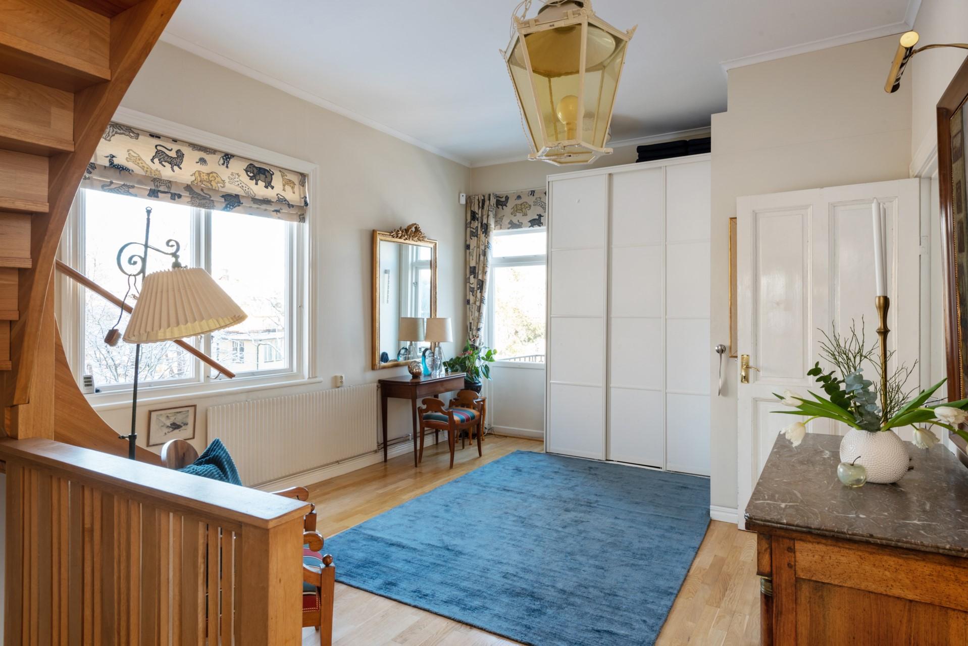 Hall med garderober och utgång till balkong