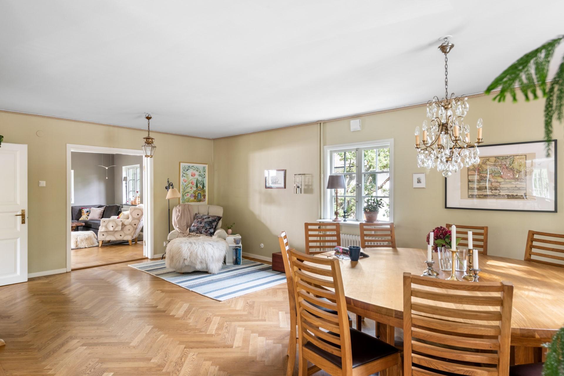 Matrum med plats för stort matsalsbord