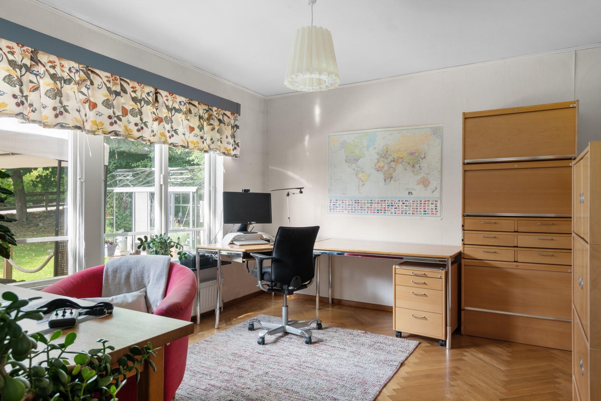 Arbetsrum alt. sovrum på entréplan med eget badrum
