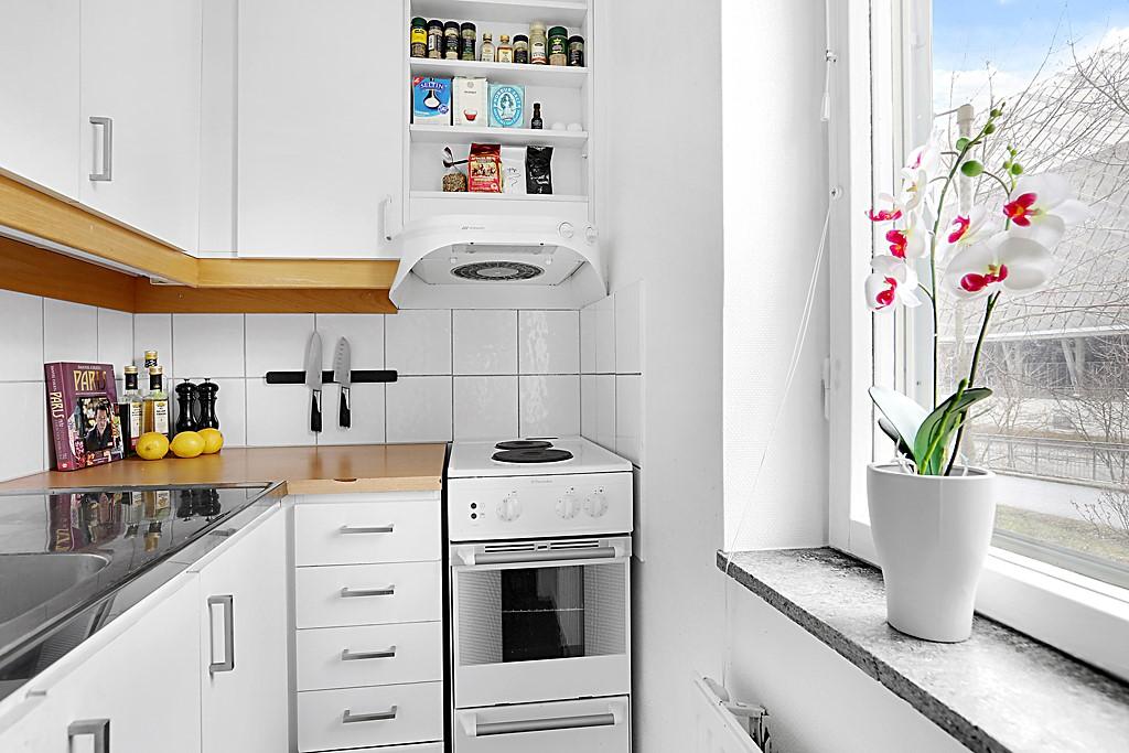 Pastellvägen 18 - Snyggt separat kök med bra arbetsytor och förvaringsmöjligheter