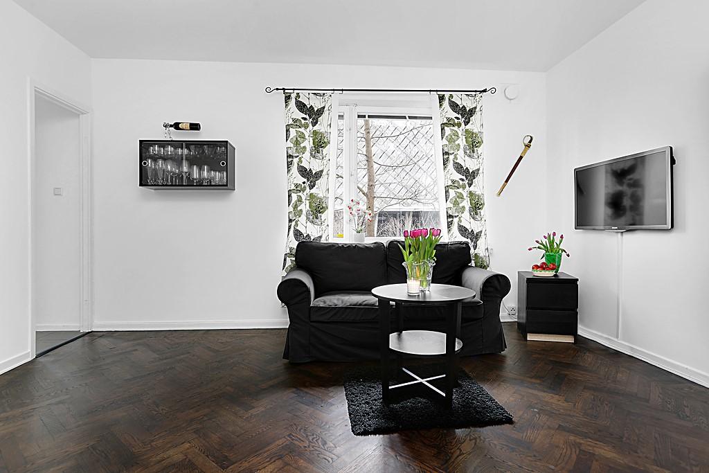 Pastellvägen 18 - Stort fönsterparti utan insyn gör lägenheten ljus och luftig