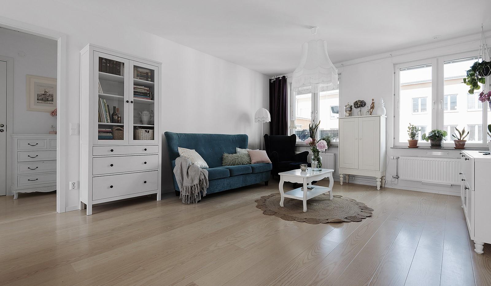 Ekfatsgatan 4, 6 tr - Luftigt vardagsrum med fint ljusinsläpp