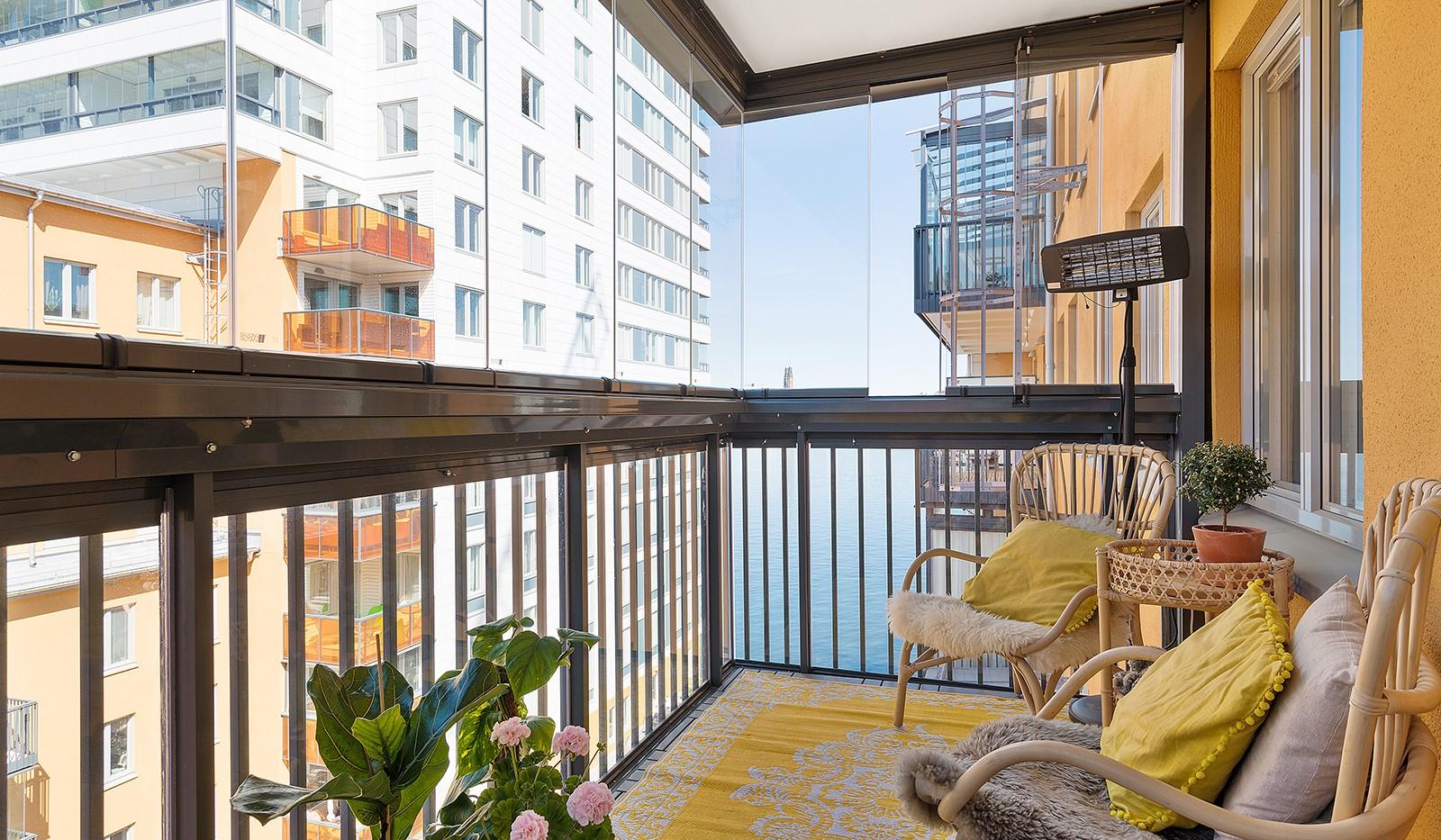 Ekfatsgatan 4, 6 tr - Rymlig inglasad balkong mot gård, med härlig Mälarglimt
