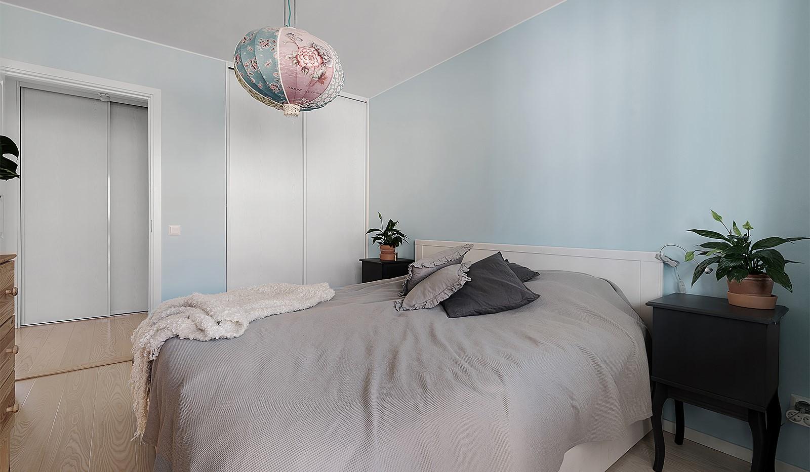 Ekfatsgatan 4, 6 tr - Master bedroom med skjutdörrsgarderob