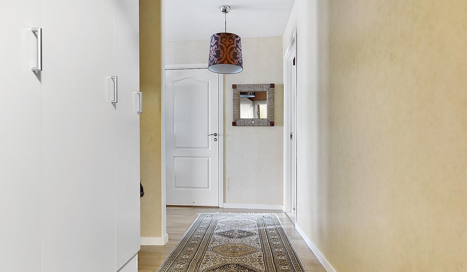 Vinodlargatan 2, 6 tr - Fint ljusinsläpp mot hallen från vardagsrummet