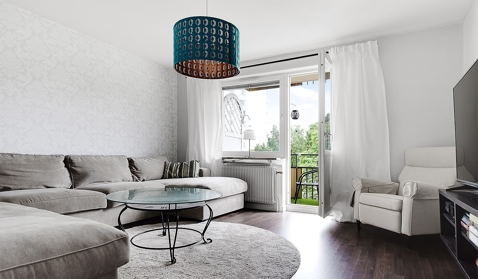 Porlabacken 45, 2 tr - Rymligt vardagsrum med stora fönster