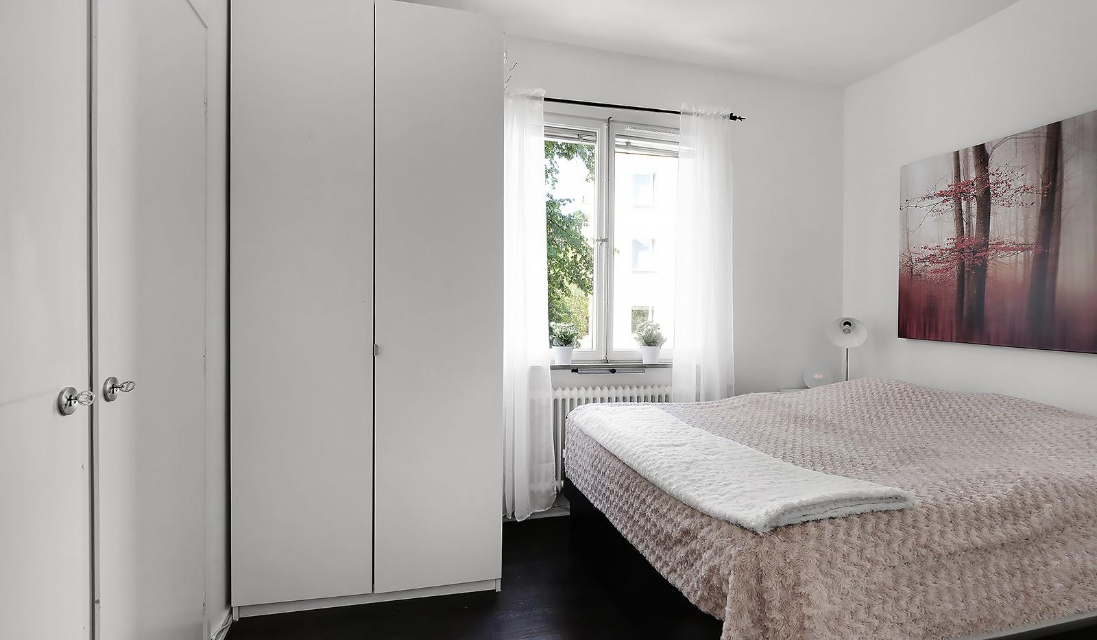 Konstgjutarvägen 8, 2 tr - Ljust sovrum med flertalet garderober