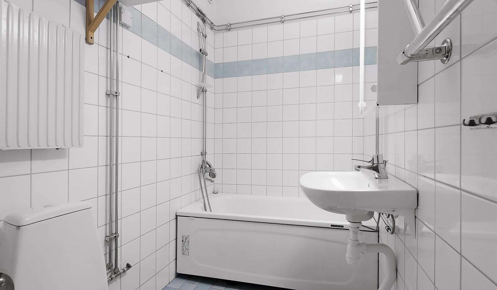 Wennerbergsgatan 6B, 5 tr - Badrum med kakel, klinker och badkar,