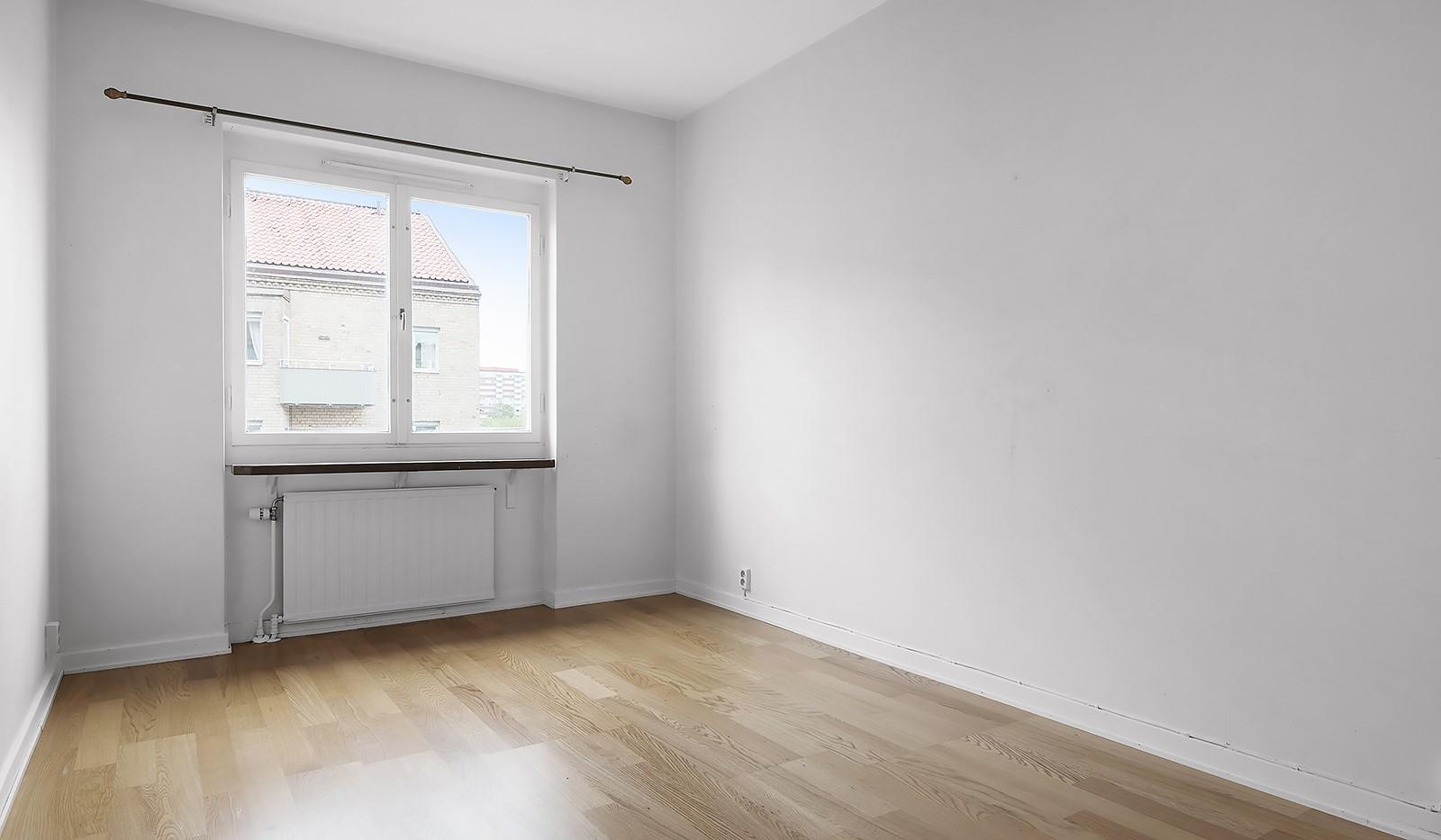 Wennerbergsgatan 6B, 5 tr - Rymligt sovrum med plats för större säng