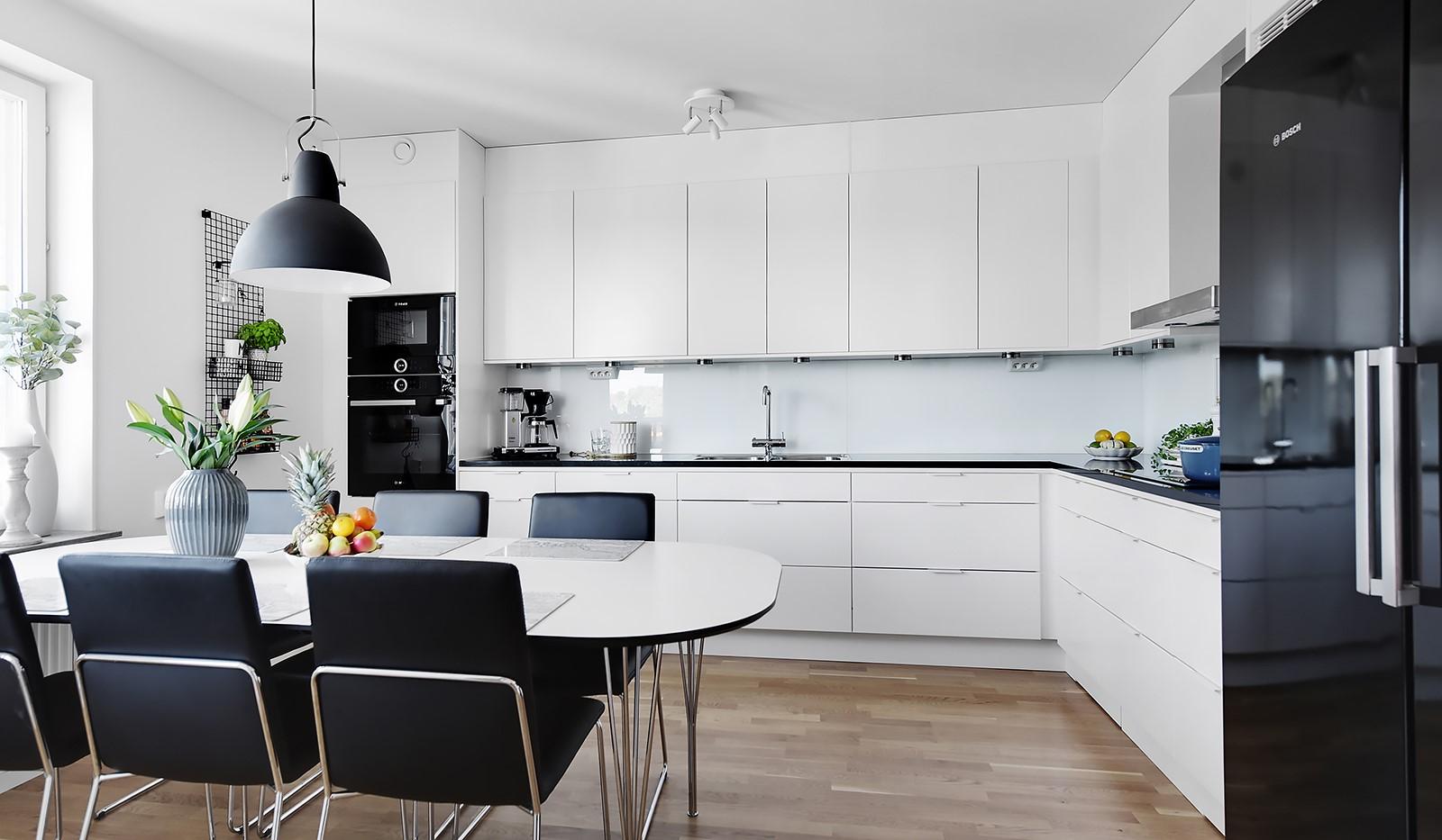 Ekfatsgatan 4, 4 tr - Kök med gott om förvaringsmöjligheter och bra arbetsytor
