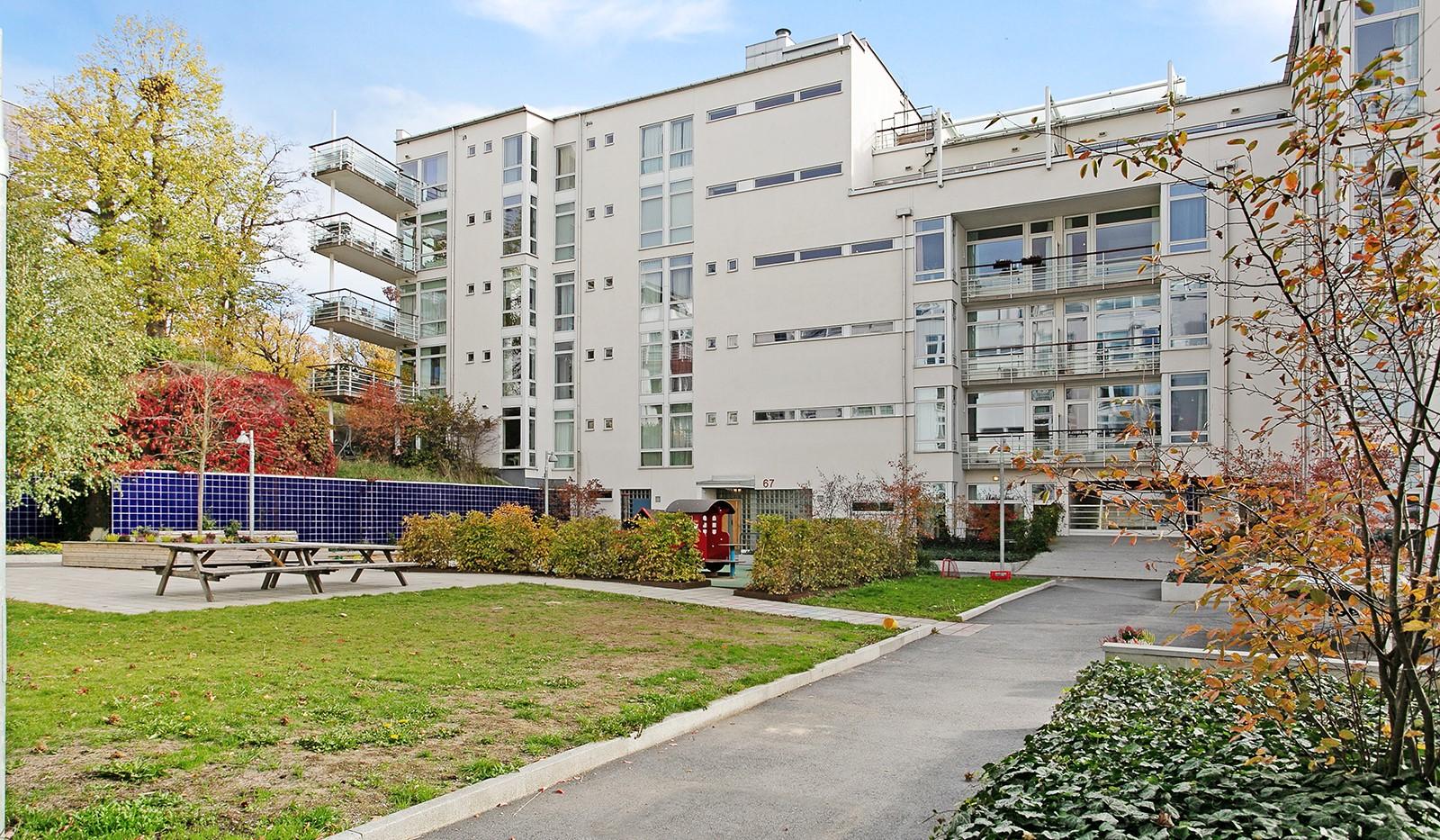 Sickla kanalgata 67, 3 tr - Föreningens trevliga innergård med lekplats, planteringar och sittplatser.
