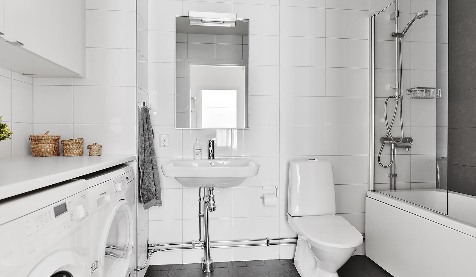 Sturehillsvägen 44, Entréplan - Helkaklat badrum med tvättavdelning och golvvärme