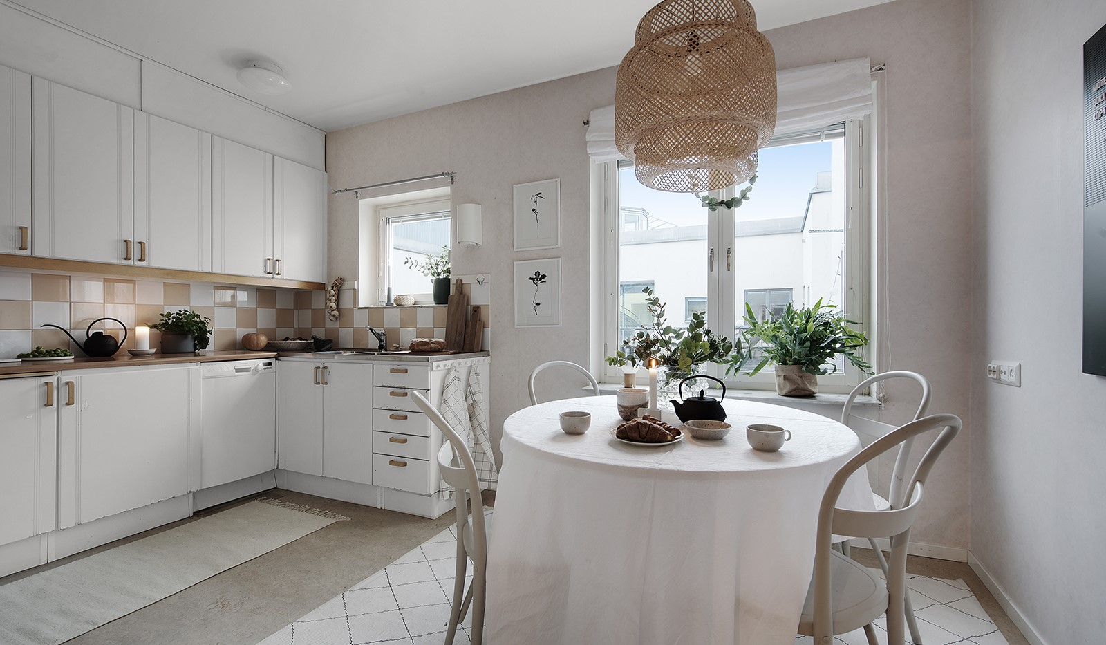 Fatburstrappan 12, 4 tr - Trivsamt kök med flera fönster