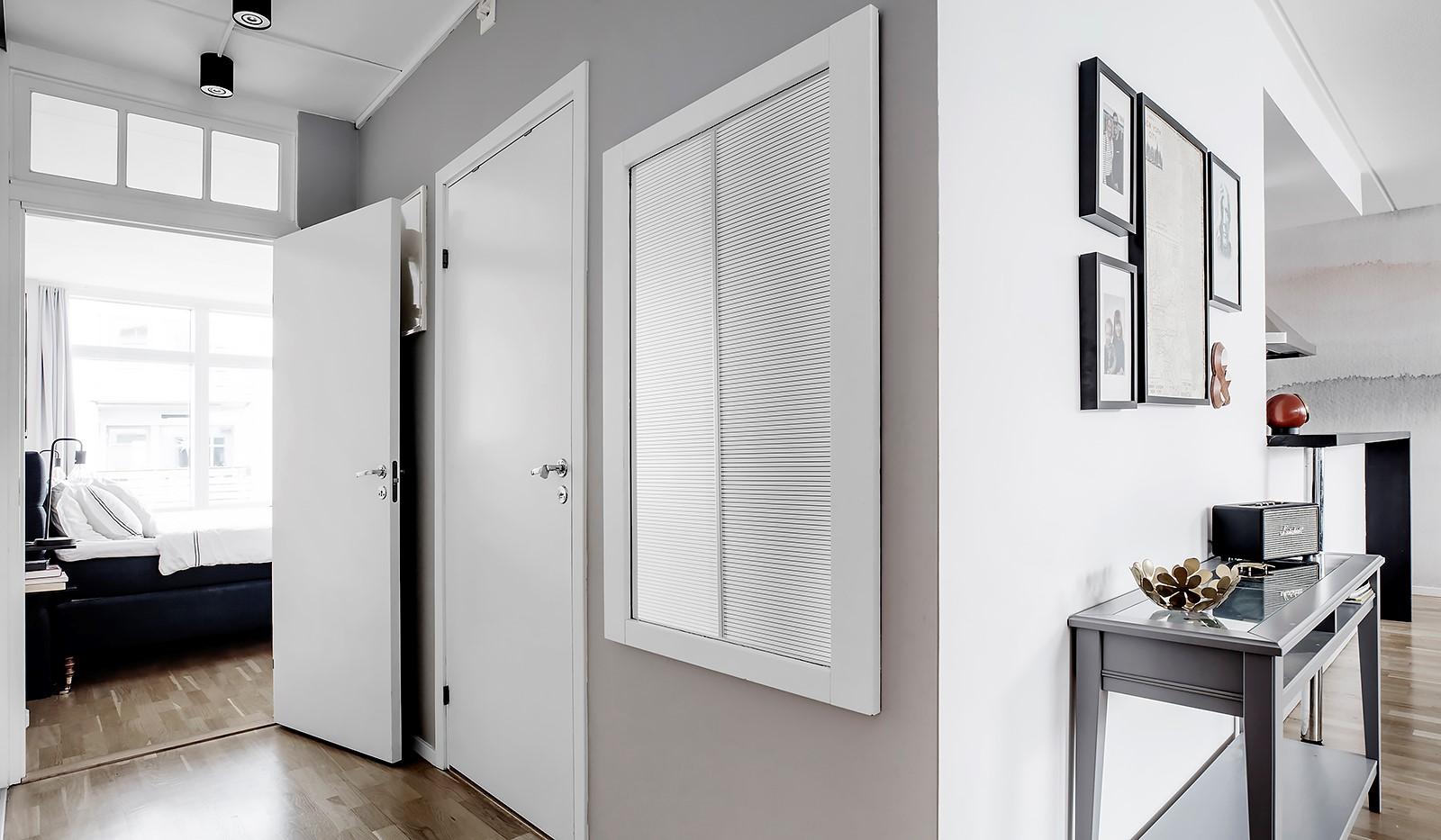 Sickla kanalgata 67, 3 tr - Välkomnande hall som öppnar upp lägenheten på ett trevligt sätt