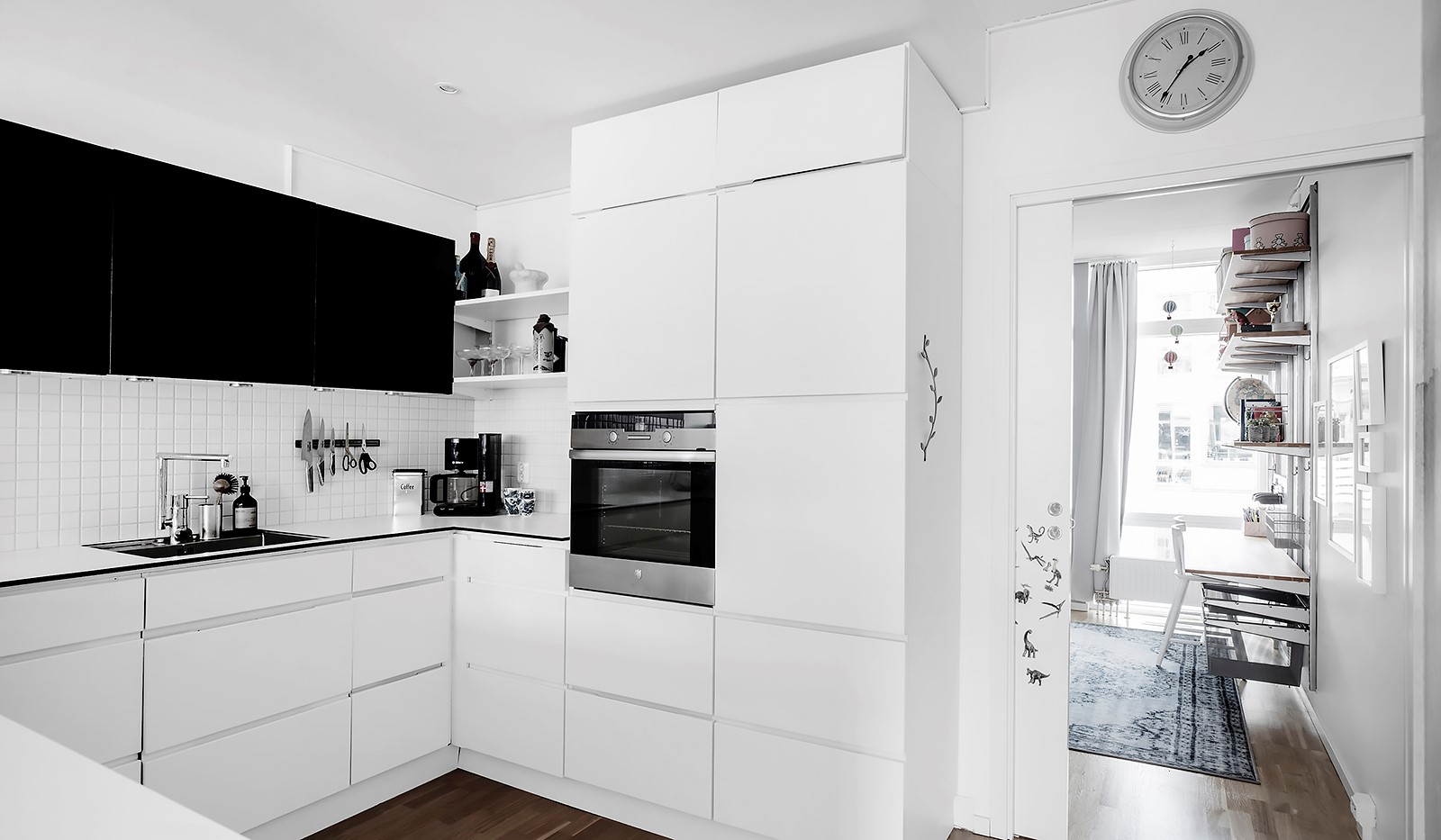 Sickla kanalgata 67, 3 tr - Köket är utrustat med snyggt integrerade vitvaror