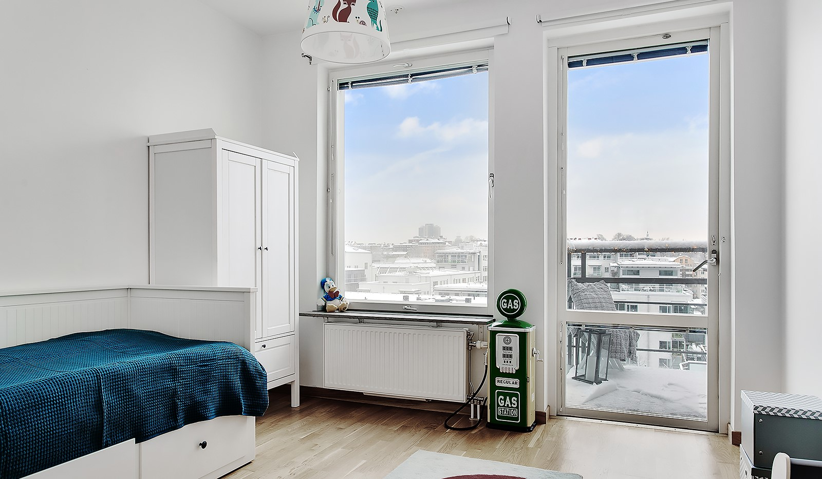 Konvojgatan 1, vån 6 - Bostadens andra sovrum har  trevliga fönsterpartier och utgång till balkong