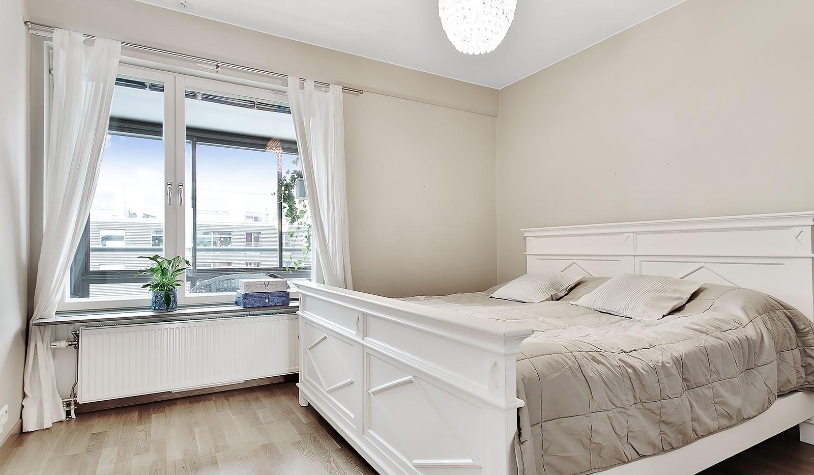 Konvojgatan 1, vån 6 - Rymligt sovrum med behagliga färgval