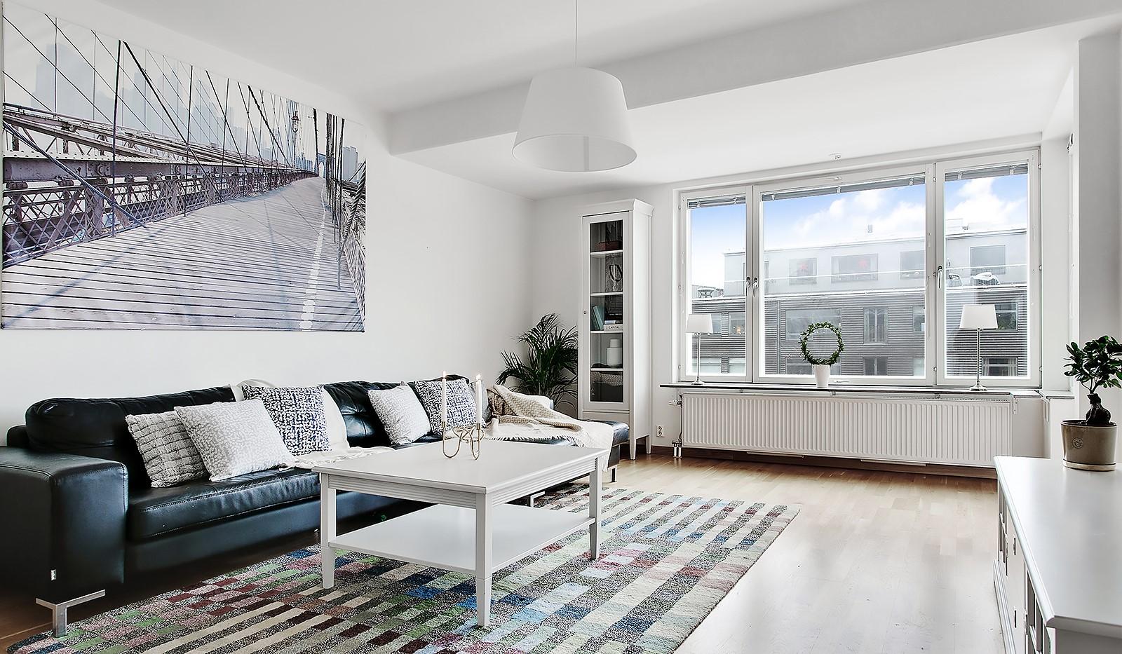 Konvojgatan 1, vån 6 - Ljust vardagsrum med stora fönsterpartier