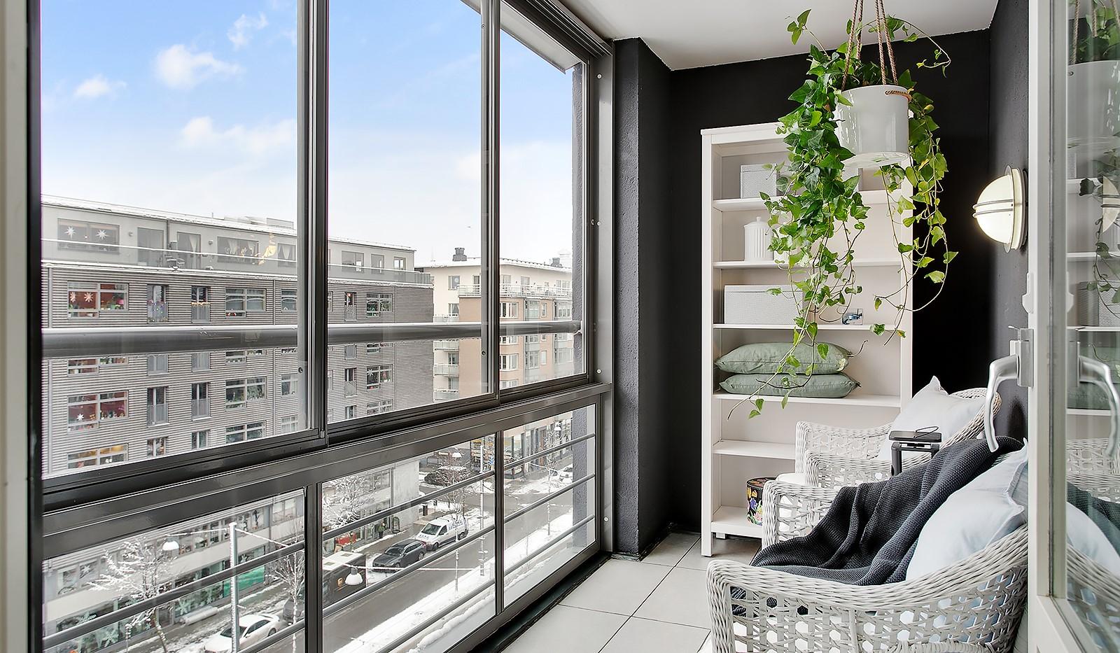 Konvojgatan 1, vån 6 - På den inglasade balkongen kan man njuta av härlig förmiddagssol