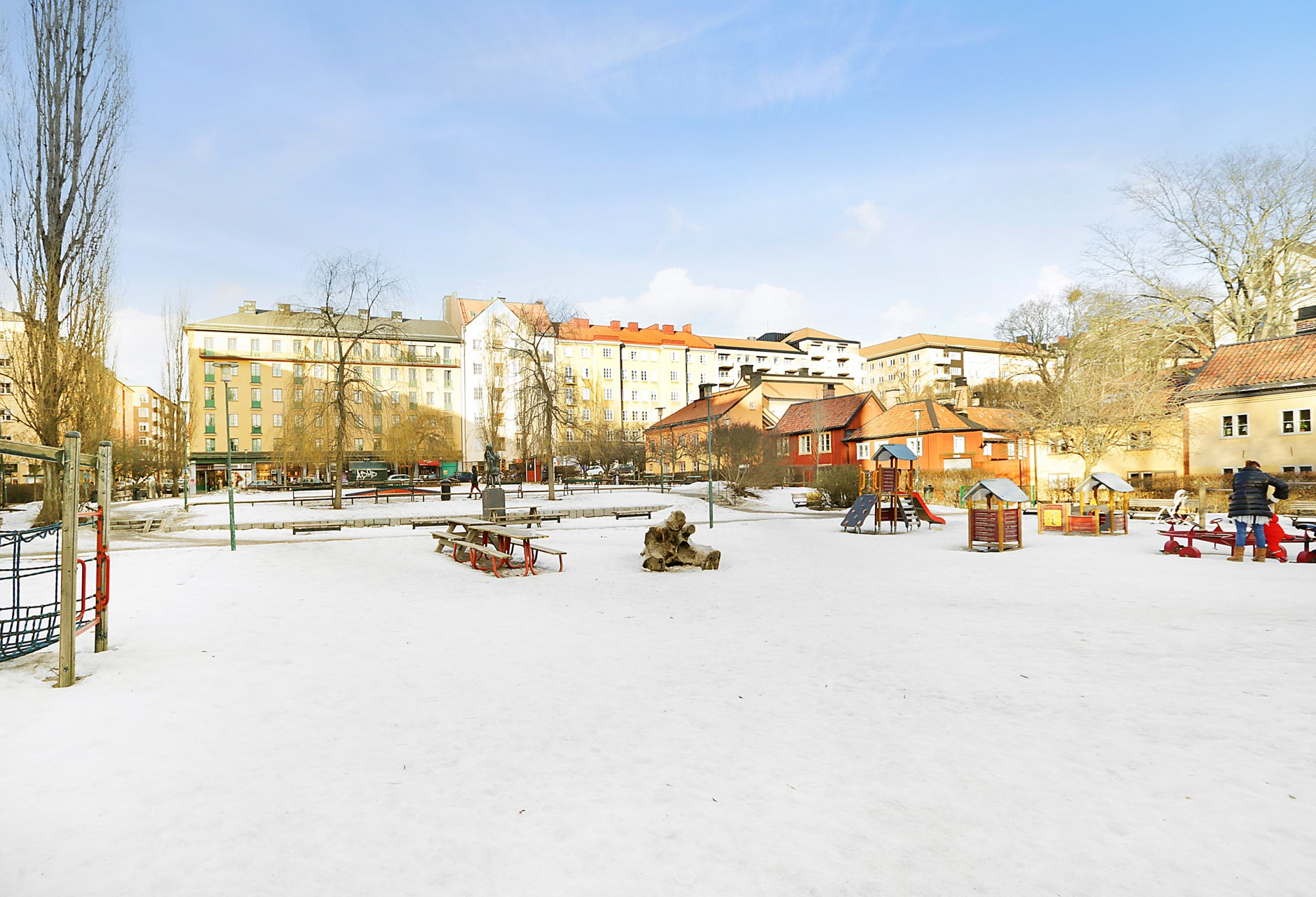 Bondegatan 46 - Nytorget med sin stora lekplats vintertid.