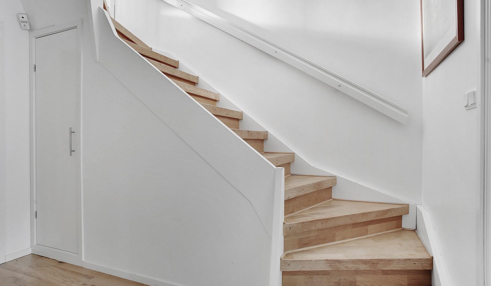 Hallundavägen 83 - Förråd under trappan