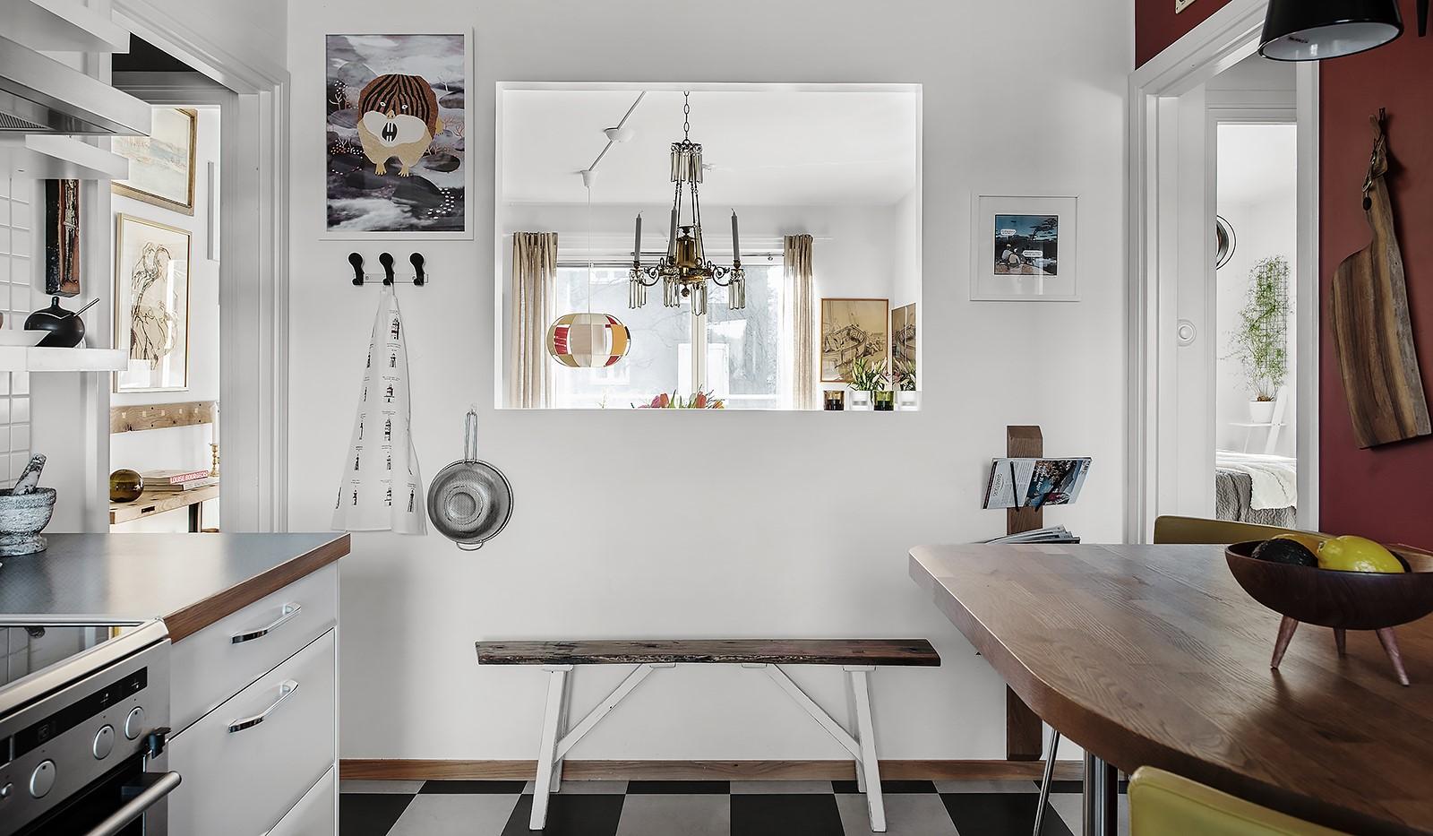 Arkövägen 27 - Arkitektritad öppning till vardagsrum ger genomgående ljusinsläpp