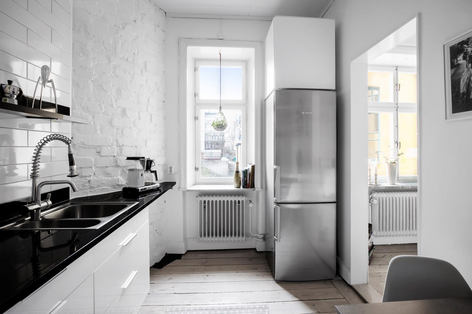 Hornsgatan 89, 2tr ÖG - Två fönster mot innergården .
