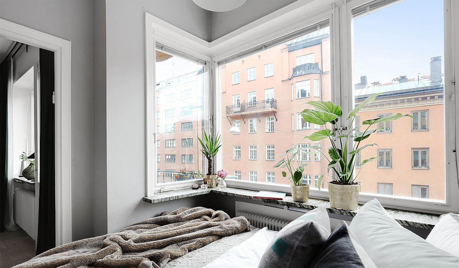 Folkungagatan 114 - Sovrum med stort fönster