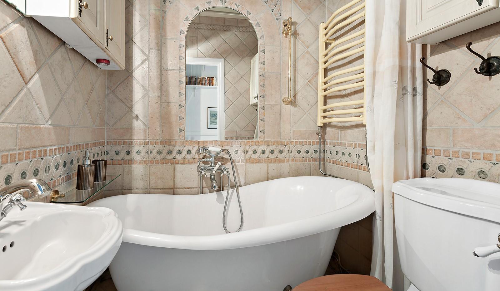 Klubbacken 39, 3 tr - Badrum med badkar och golvvärme