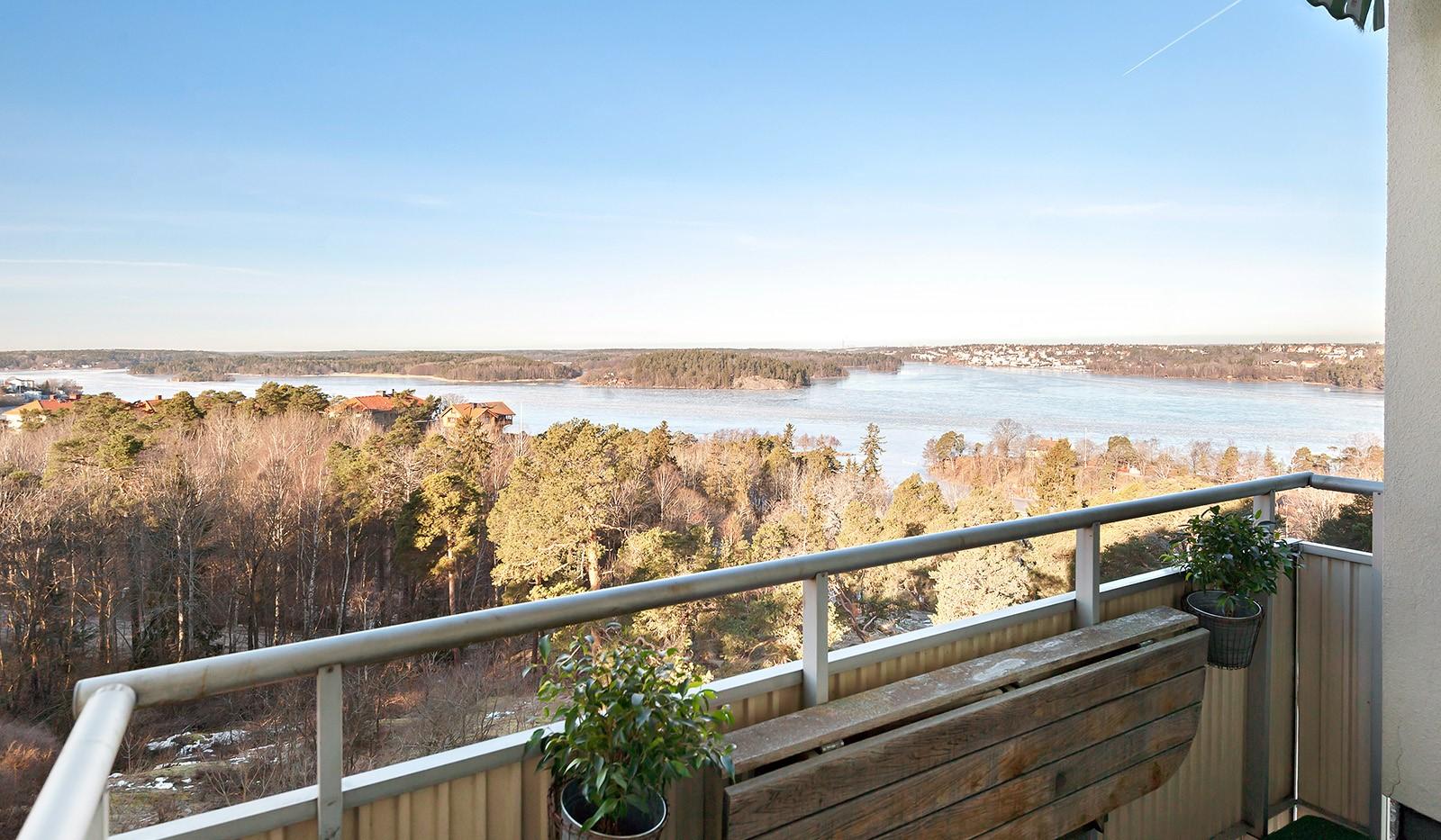 Klubbacken 39, 3 tr - Oslagbar utsikt över Mälaren från balkongen i bästa möjliga söderläge