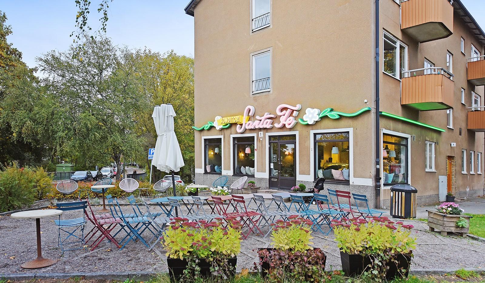 Arkövägen 27 - Ett stenkast bort ligger ett trevlig café
