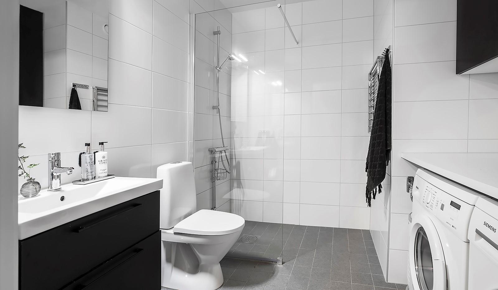 Årgångsgatan 7, 2tr - Stort helkaklat badrum med tvättmaskin och torktumlare