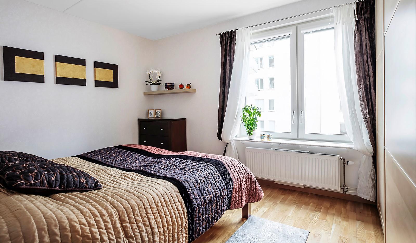 Vingårdsgatan 8, 3tr - Stort rymligt sovrum med fönster mot föreningen mysiga innergård