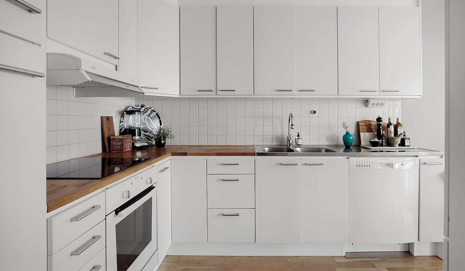 Vingårdsgatan 5, 3 tr - Rikligt med förvaring i de vita köksluckorna