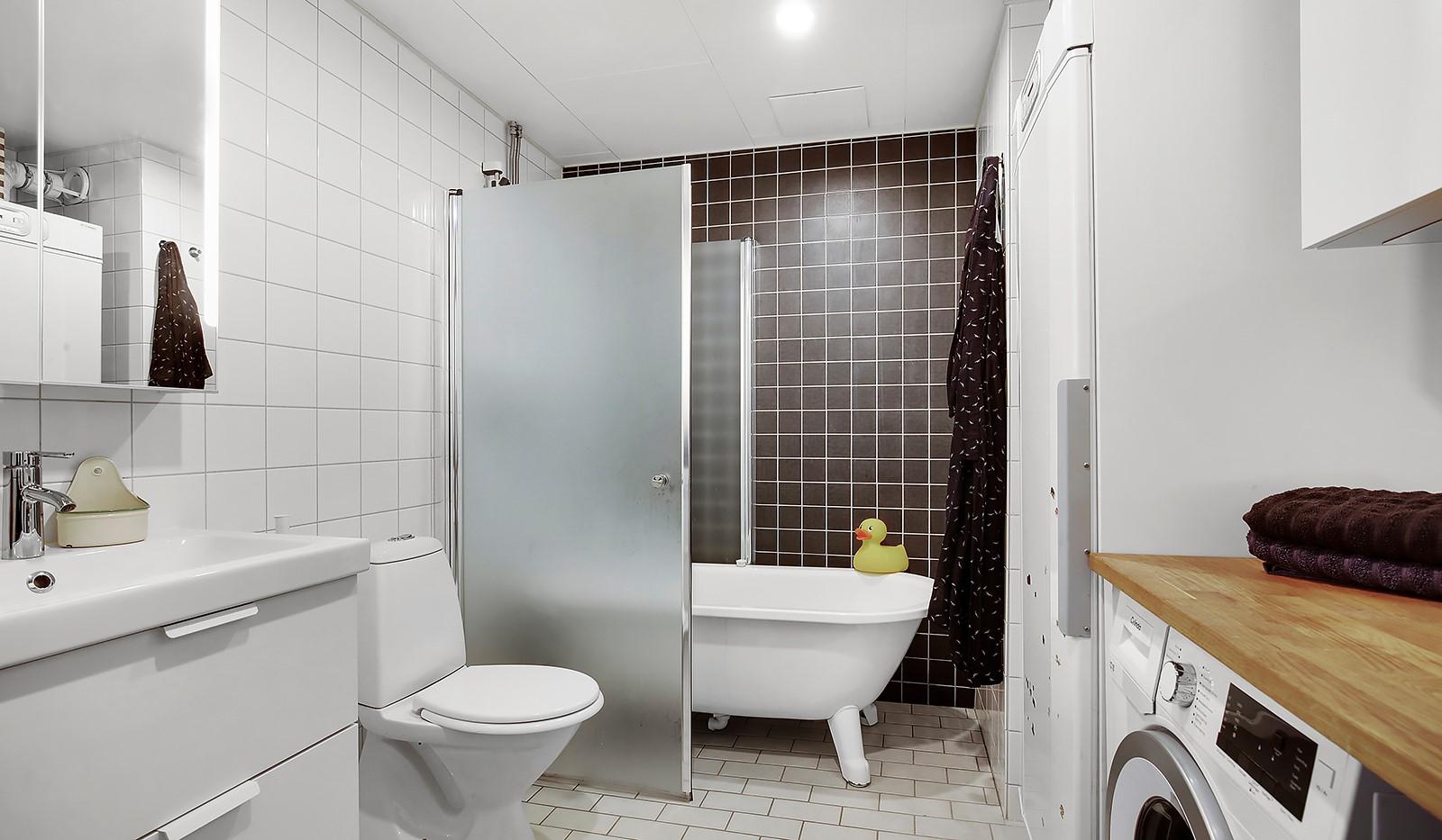 Vingårdsgatan 5, 3 tr - Helkaklat badrum med vacker bänkskiva i trä, tvättmaskin och torkskåp