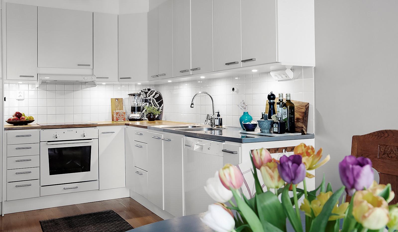 Vingårdsgatan 5, 3 tr - Stilrent kök med dimbara spotlights