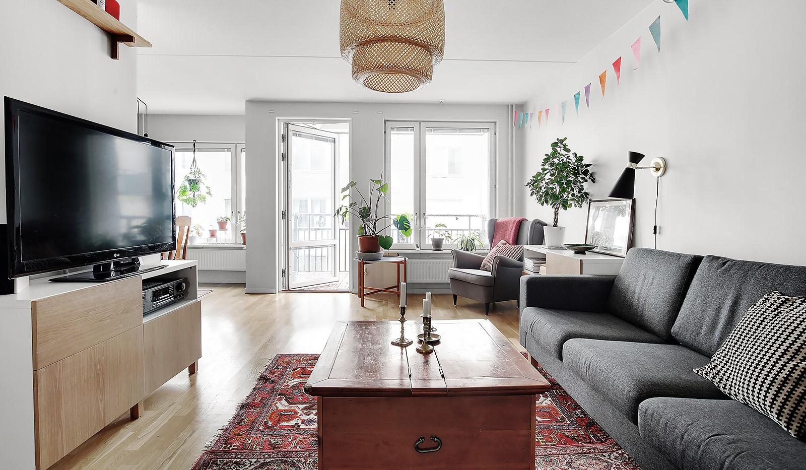 Vingårdsgatan 5, 3 tr - Stort och lättmöblerat vardagsrum med delvis öppen planlösning mot köket