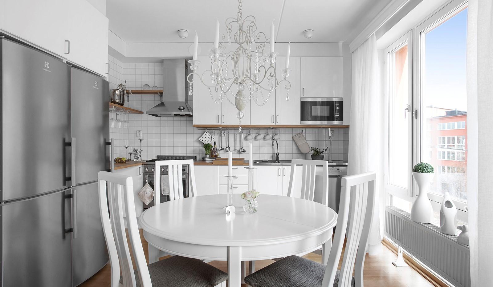 Lugnets Allé 69, 2 tr - Stilrent och arbetsvänligt kök i vinkel