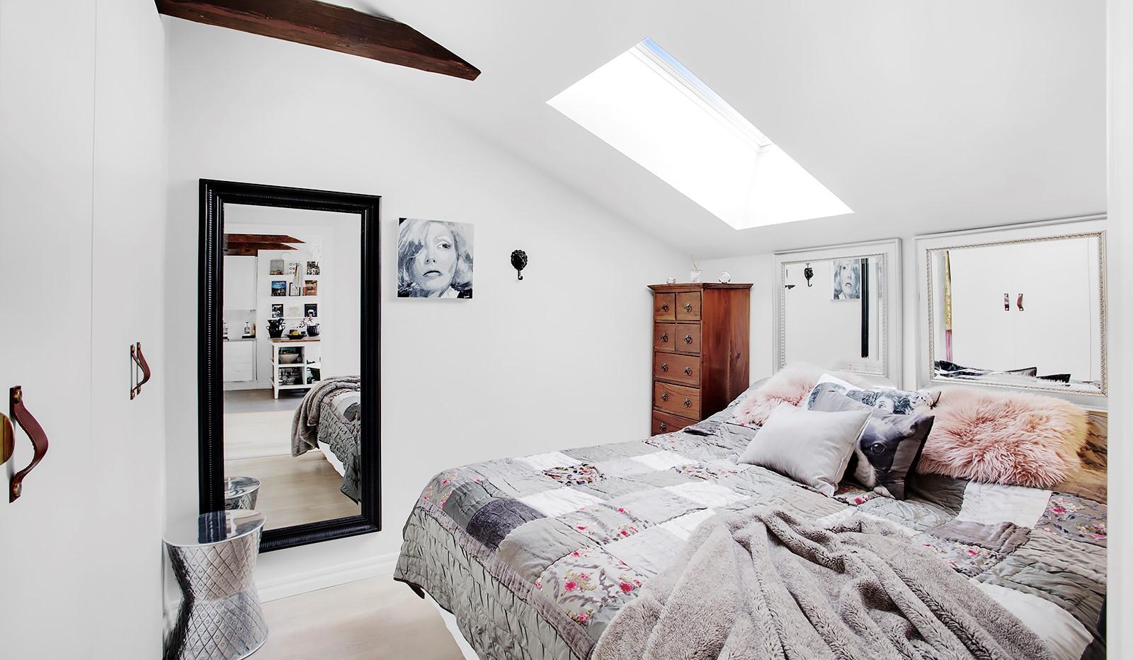 Maria Prästgårdsgata 19, 5 tr - Takfönster och bjälkar i sovrum