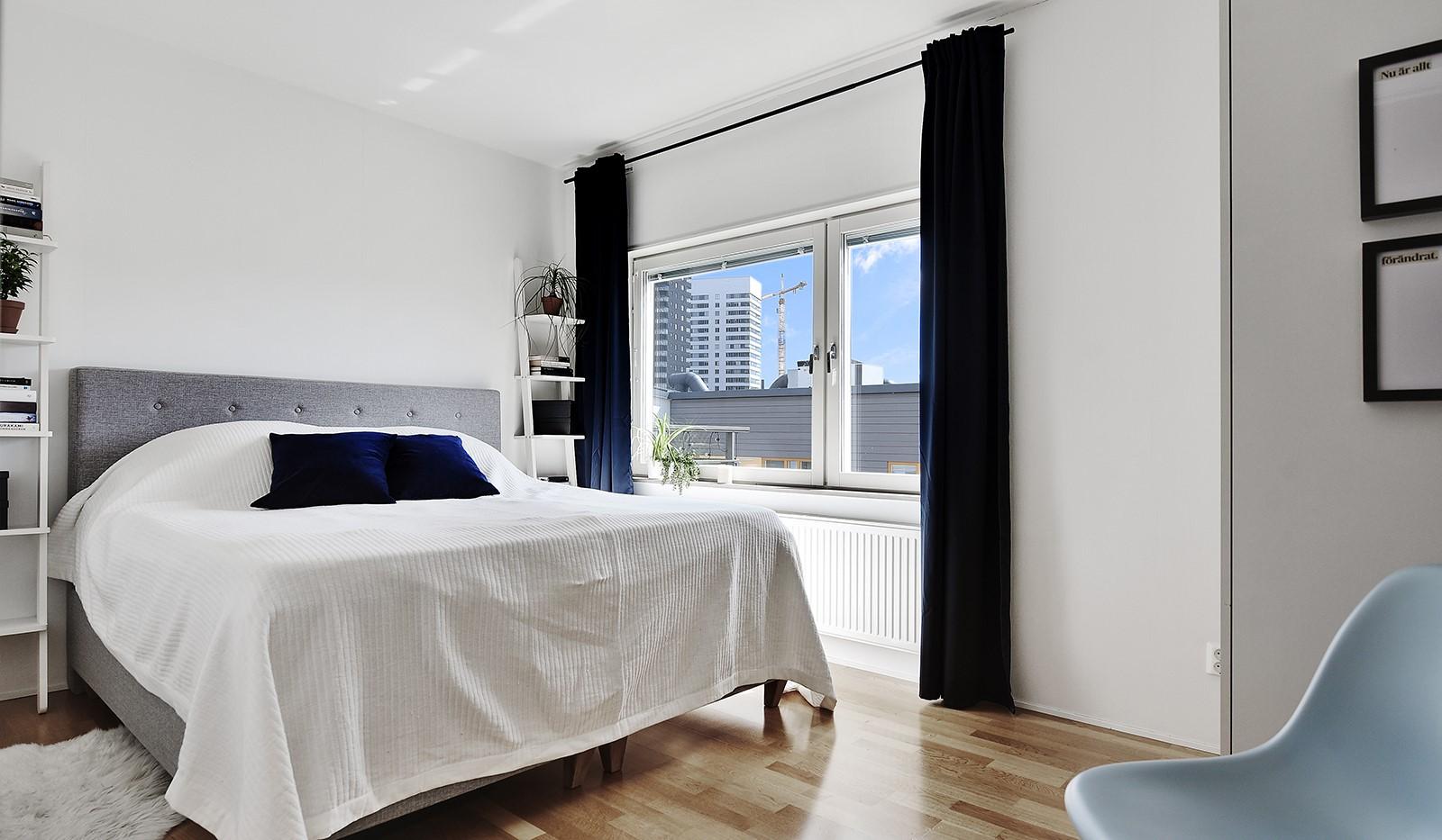 Vingårdsgatan 46, 6/6 tr - Rymligt sovrum med platsbyggda garderober