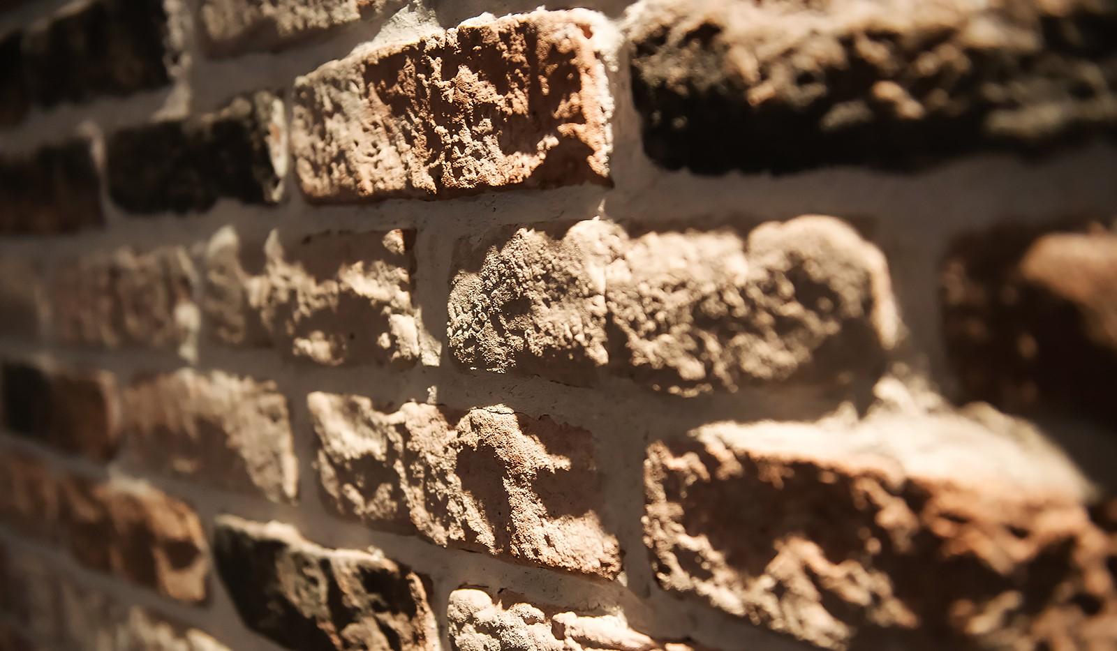 Åsögatan 106 - Vacker stenvägg i hallen