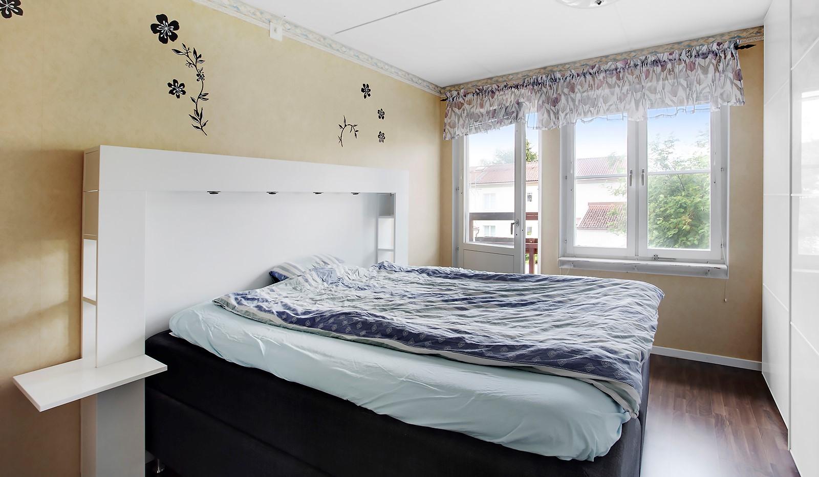Midsommarvägen 83 - Sovrum med stor garderob och fransk balkong