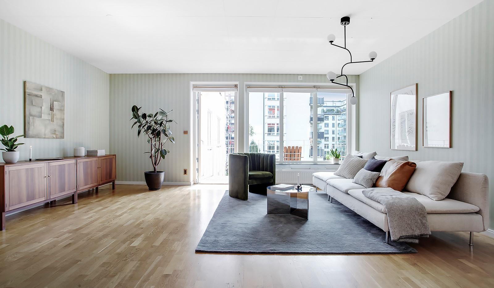 Åsögatan 106 - Allrummet med sina generösa 30 m².