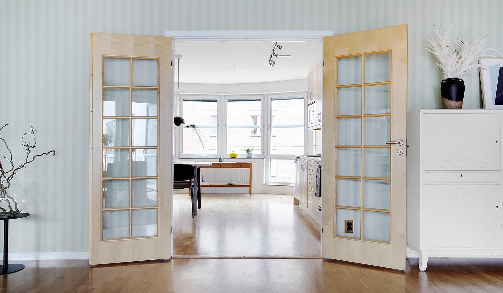 Åsögatan 106 - Par i spegeldörrar med träspröjs.